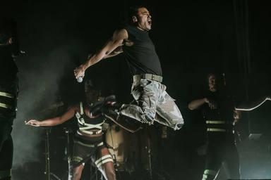 Carlos Rivera saltando sobre el escenario de Cabaret Festival en Úbeda