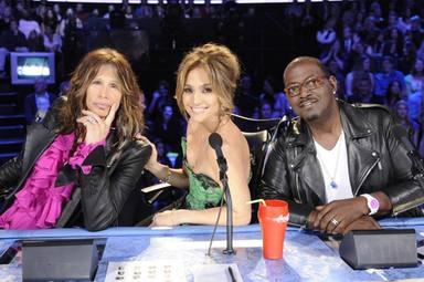Jennifer Lopez como parte del jurado de American Idol, en el centro de la imagen