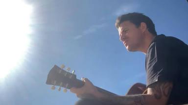 """Dani Martín canta en acústico y con su guitarra """"Julia"""" y """"La Balanza"""""""