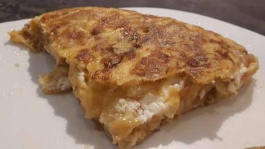 Receta tortilla de patatas con queso de cabra y cebolla caramelizada