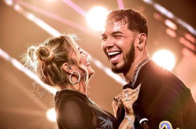 Anuel AA demuestra que sigue estando enamorado de Karol G con un romántico gesto sobre el escenario