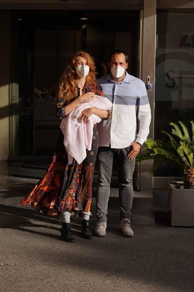 María Castro junto a su marido José Manuel Villalba tras dar a luz a su segunda hija