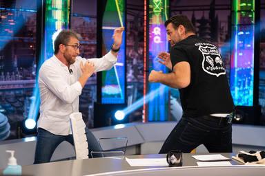 Hovik Keuchkerian boxea con Pablo Motos durante su visita a El Hormiguero