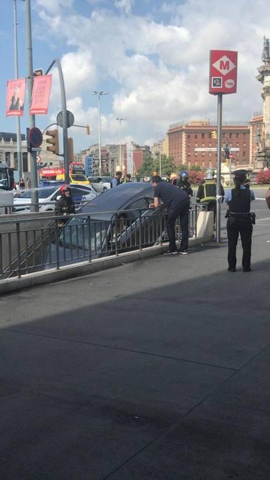 Una conductora encaixa el seu cotxe a una boca de metro de Barcelona