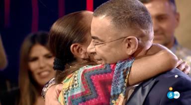 Isabel Pantoja y Jorge Javier Vázquez se abrazan en el plató de 'Supervivientes'