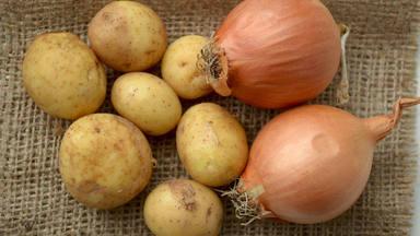 El error que cometes al guardar las patatas y las cebollas juntas