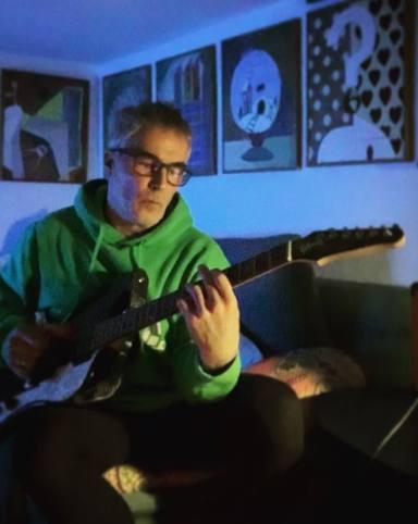 David Cantero toca la guitarra