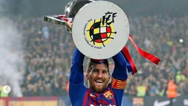 Messi con la copa de la Liga