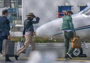 Brad Pitt cogiendo el jet provado con su novia nicole