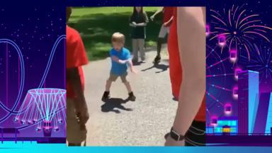El niño que baila en un parque y todos se quedan sorprendidos