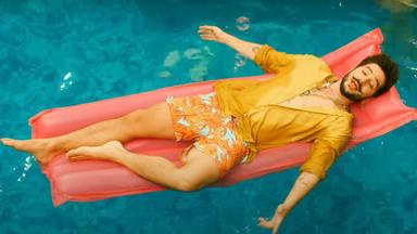 Camilo se tira a la piscina y dedica a Evaluna el videoclip de 'Millones'