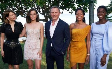 Daniel Craig en medio y Lashana Lynch en el extremo derecho