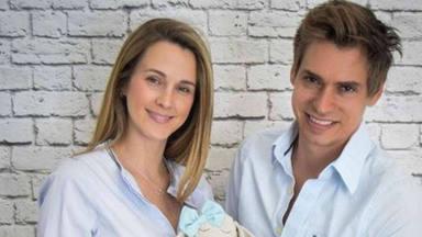 Primera foto de familia de Carlos Baute y Astrid Klisans con sus tres hijos