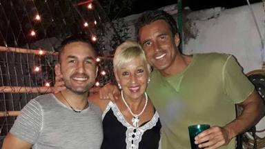 Hugo Sierra con su madre y su hermano