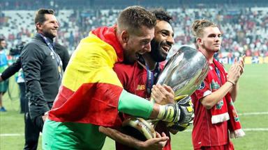 Adrián San Miguel y Mohamed Salah, supercampeones de Europa con el Liverpool