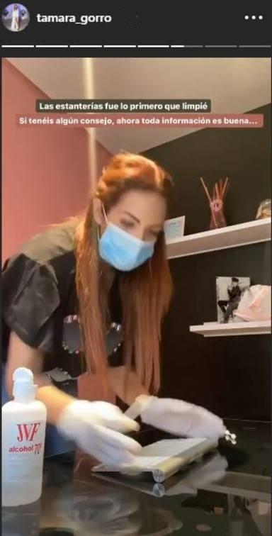 Tamara Gorro desinfecta su lugar de trabajo