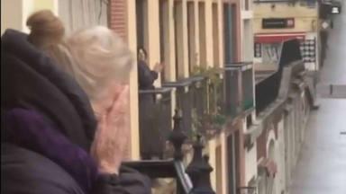 El vecindario de Lola le felicita por sus 89 años
