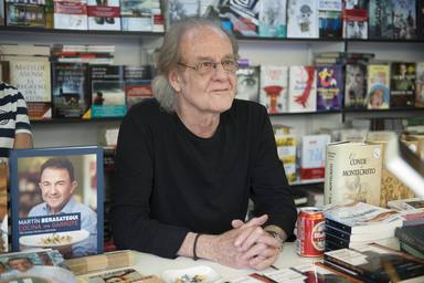 Luis Eduardo Aute firmando su obra en la Feria del Libro de Madrid en 2016