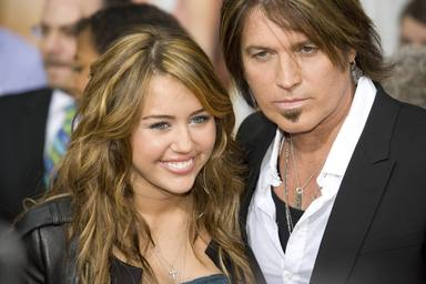 Miley Cyrus con su padre Bill Ray Cyrus durante el estreno de la película de Hannah Montana
