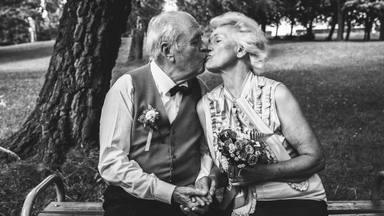 La entrañable historia de un anciano que volvió a casarse con su mujer para superar sus problemas de demencia