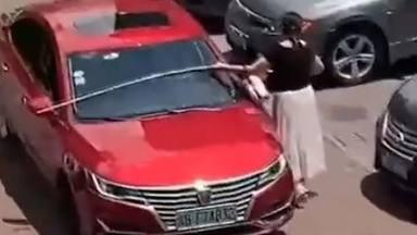 Un aparcament, un cotxe i... una cinta mètrica