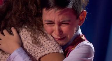 Rosario Flores abraza a Román Suárez en 'La Voz Kids'