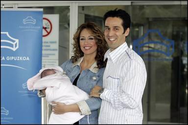 Emma García junto a su hija y su marido