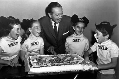 Walt Disney con los primeros niños Disney en la década de los 50