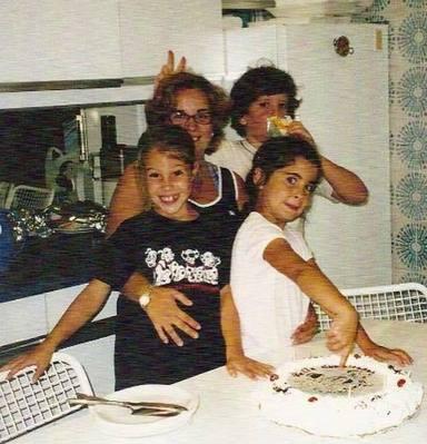 Foto de familia de Álex Lequio con sus primas en un cumpleaños