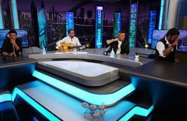Pablo Motos toca la guitarra