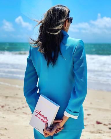 Paz Padilla con el libro dedicado a su marido en una imagen de sus redes sociales