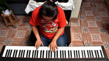 Una joven ciega y con Síndrome de Down emociona al mundo