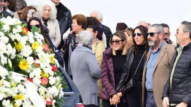 Paz Padilla rota junto a su hija Anna en el último adiós a su madre Lola