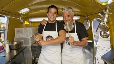 Carlos Maldonado junto a su padre en el programa Cocineros al volante