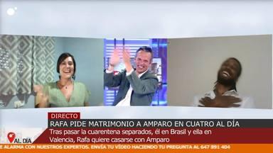 Joaquín Prat aplaude la respuesta afirmativa a la petición de matrimonio de sus invitados