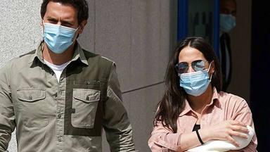 Albert Rivera junto a Malú y su hija a la salida del hospital