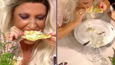 Lydia Lozano prueba el plato de tacos de corvina antes de atragantarse