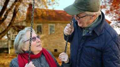 La poderosa imagen de unos abuelos conociendo a su nieto llena de ilusión y fuerza al mundo entero