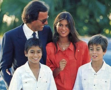 Julio Iglesias con sus hijos en su infancia