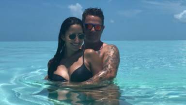 Alejandro Sanz comparte su lado romántico en compañía de Rachel Valdés para saludar al verano 2021