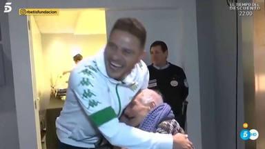 El entreñable gesto del futbolsita Joaquín con Manoli, la aficionada más veterana del Betis