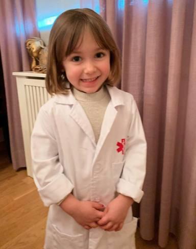 Manuela, la hija de Soraya, se disfraza de médico