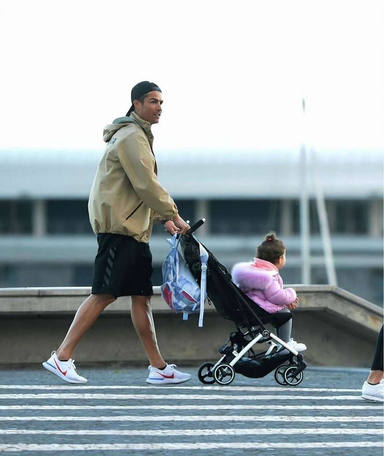 Cristiano Ronaldo, pillado de paseo con sus hijos en plena cuarentena