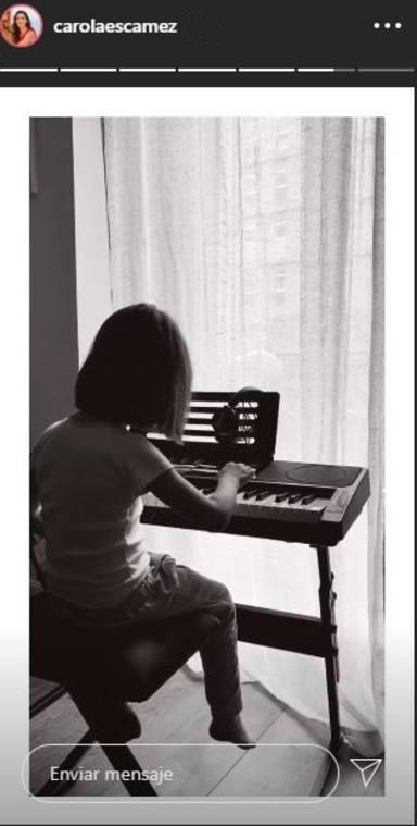 La hija de Miki Nadal y Carola Escámez tocando Cumpleaños feliz al piano