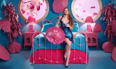 Shakira rodeada de tonos azules y rosas en el videoclip de Me gusta