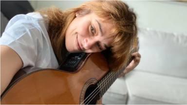 Toñi Moreno está aprendiendo a tocar la guitarra