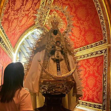 Toñi Moreno visita a la Virgen de Regla en Chipiona