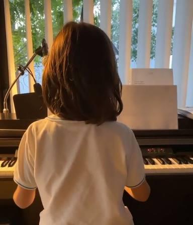 Nico, el hijo de Efecto Mariposa, con su piano