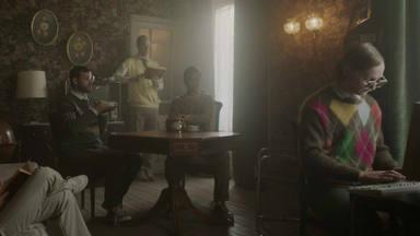 Taburete lanza nueva canción con un videoclip en modo 'Resacón en Las Vegas'
