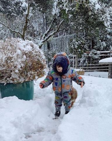 Matteo Bisbal disfruta de la nieve por primera vez